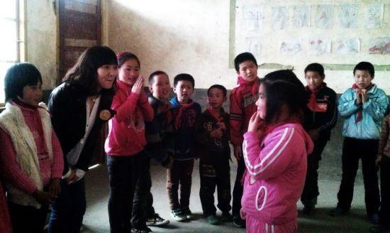 郭维娜和孩子们一起玩