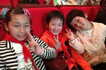 微博关怀之夜,又见到可爱的孩子们。不论任何时候,她们的笑容都可以点亮世界。(via@郭维娜)
