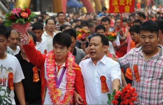 组图:奥运冠军林清峰回乡乘劳斯莱斯游街