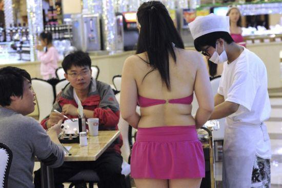 组图:餐厅服务员穿比基尼上班吓跑客人