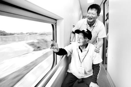 首发列车上年纪最大的八十五岁老人蔡崇兴一路上数着穿过多少隧道