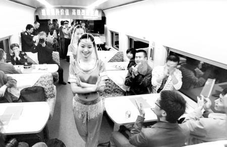首发列车车厢内,列车员表演印度舞