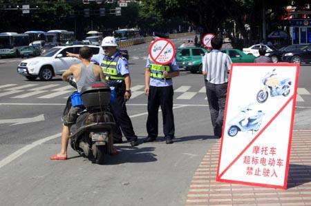 民警在限行路口劝导市民