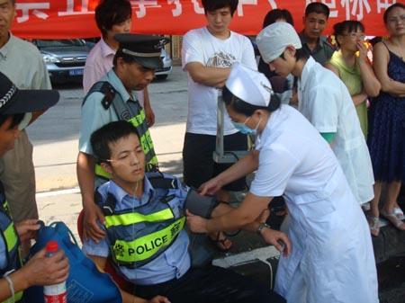 民警被拖倒受伤