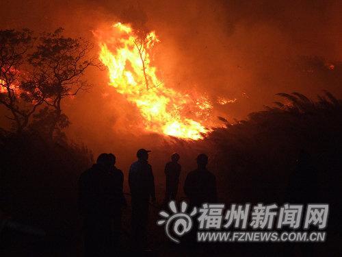中麻村民守在公路上,防止火势蔓延