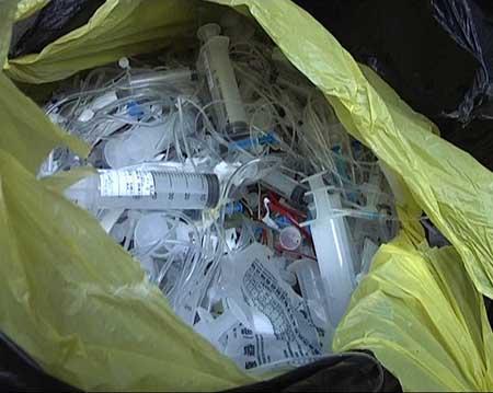 袋子里装的全是用过的注射器