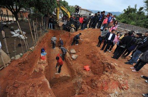 当地村民围观古墓