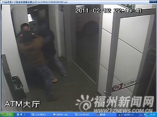 嫌犯在银行自助区内蒙面持刀抢劫