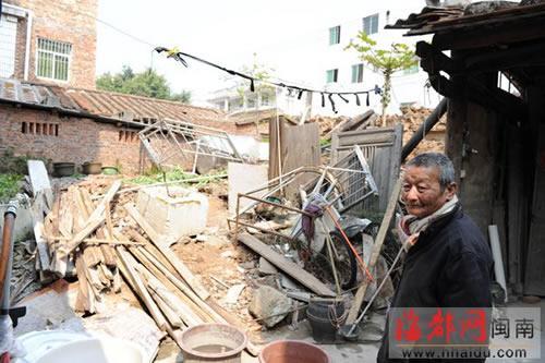 老房子倒掉了,一直未能翻建