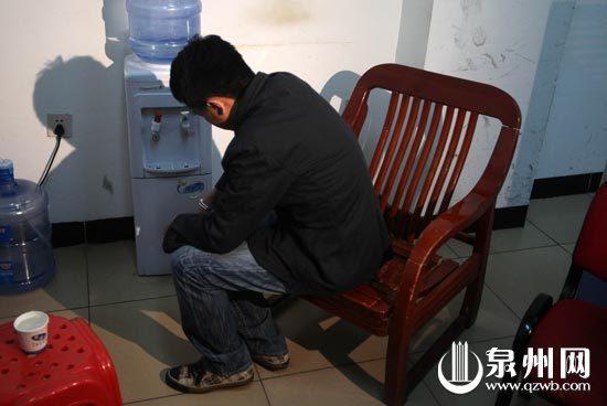 交警办公室里,邓某被铐在椅子上,留下悔恨的背影
