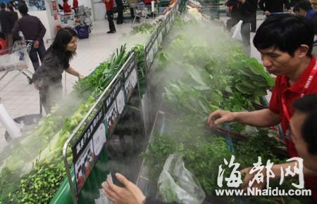 水管内喷出水雾,可以让蔬菜保鲜
