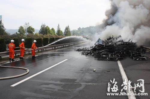 大货车高速路上起火后,消防人员展开灭火