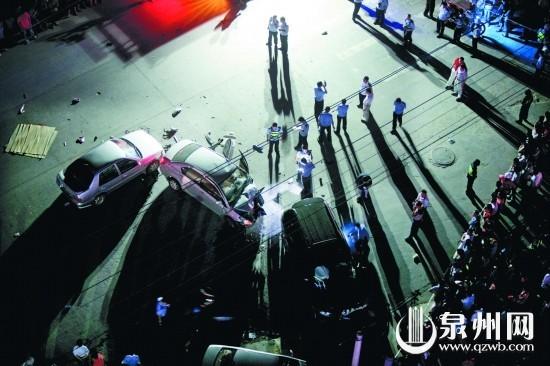泉州三车撞成弧状 四路人被撞碾身亡两人受伤