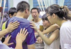 得知伊伊幸存,她的亲戚相拥而泣。 据温州日报