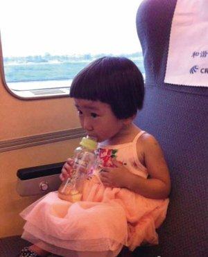 这张照片是小伊伊爸爸带她去杭州时在动车上拍的。