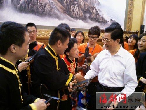 泉州木偶剧团今年第二次走进人民大会堂,获得胡锦涛总书记的赞扬。