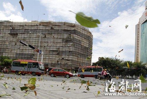 昨日,受南玛都影响,晋江街头刮起大风 新华社发