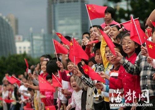昨日上午,不少市民带着孩子早早来到五一广场,观看国庆升旗