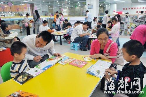 长假第一天,省少儿图书馆内,许多家长陪孩子看书