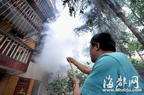 发现火灾,郑先生立即用平时浇花的水管朝二楼喷水