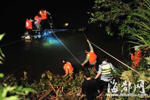 4小时的施救,小车终于浮出水面