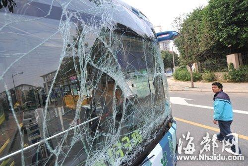 其中一辆公交车整面前挡风玻璃被撞成蛛网状