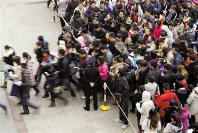 昨日,山西太原市某考点警戒线外,准备参加公务员考试的考生入场。胡远嘉 摄