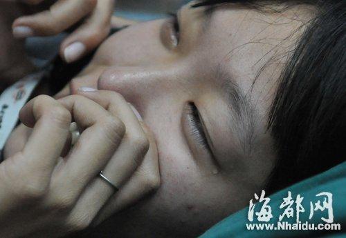 在医院治疗,女司机眼角还带着泪花