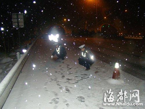 沈海高速公路交警测量积雪厚度