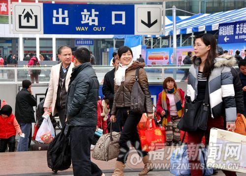 春节期间外出探亲访友、旅游的市民和进城务工农民工纷纷挤火车、坐大巴或自驾车,返回榕城