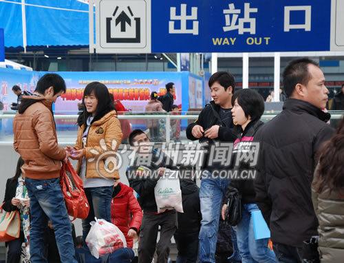 随着春节长假落下帷幕,旅客纷纷踏上返程列车