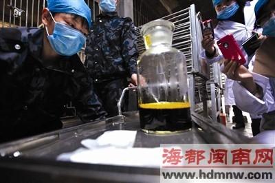 工作人员一上午可以取到大约瓶中两倍量的胆汁