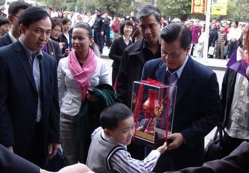 2008sm小童星为菲律宾副总统献花 高清图片