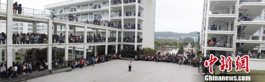 福建一高校教学楼前惊现表白门,千余名学生强势围观。 网络图片 摄