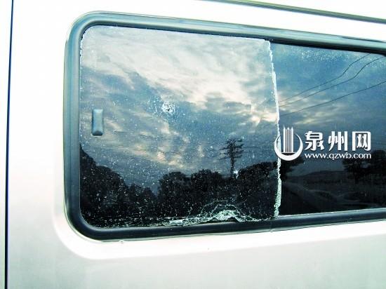 ■车玻璃被砸出洞,开裂。