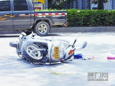 摩托被撞飞,东西散一地。