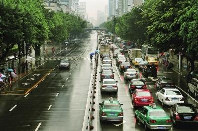 昨日上午昨日上午1010时许时许,东街路面上车流排成龙东街路面上车流排成龙 吕诚/图