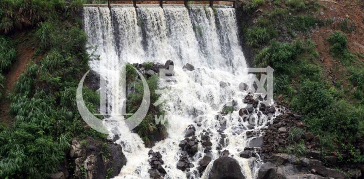 暴雨过后,大量的雨水在山涧中形成瀑布,巍然壮观。