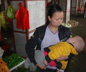 闯祸后,小男孩被母亲抱在怀中