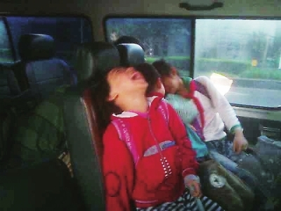 孩子在车上嬉闹