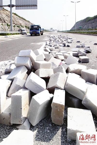 福州机场高速现惊险一幕 货车哗啦啦甩出上百砖块