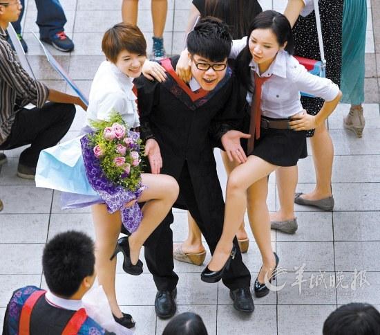 女大学生毕业齐晒美腿 总有一款你会喜欢