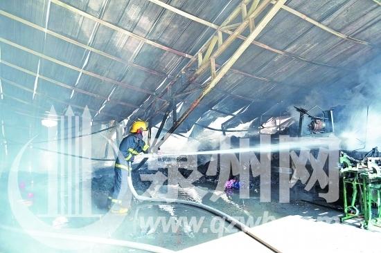 晋江鞋业突发大火 灭火器爆炸消防员被炸伤