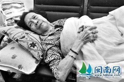 晋江老太路边摔倒女子送医 老人清醒后反称被她撞倒