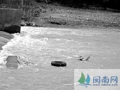 漳州三人下水救人被冲翻船 2人获救2人失踪