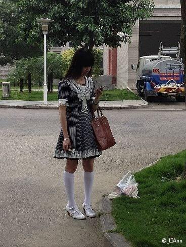 """在""""_LIAnn""""上传的照片中,这名""""萝莉""""老师身着黑白""""女仆装""""。"""