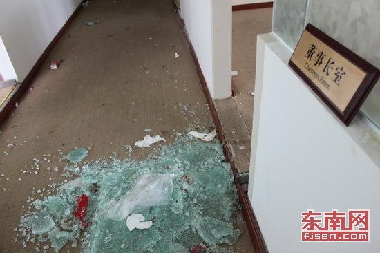 地上一片狼藉,房东公告称28日深夜发生聚众哄抢