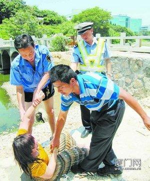 民警赶到现场,合力将这名女子拉上岸。