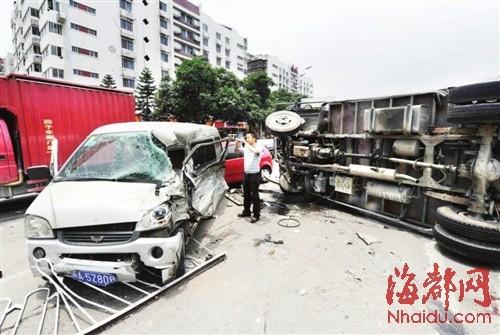 福州小货车失控致四车相撞 两名司机受伤
