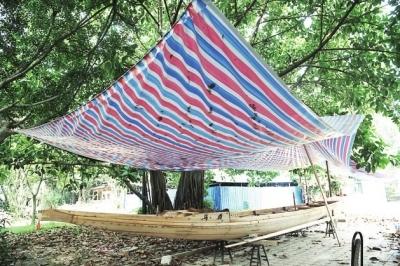 6月7日,两名工人在福州左海龙舟文化园施工